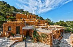 Το πιο πρωτότυπο ξενοδοχείο της Ελλάδας. Μετέτρεψαν τις στάνες σε δωμάτια χωρίς ρεύμα και οι τουρίστες κάνουν ουρά!