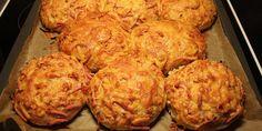 Vildt lækre pizzaboller, der består af en blød og lækker bund, der smøres med tomatsauce og toppes med lækkert fyld af skinke, pepperoni og smeltet ost og minder meget om det lækre italienske foccacia-brød.