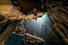 Templo Budista en la cueva Kyaut Sae y en las cuevas de Batu, en Burma, Myanmar. Dentro de las cuevas están situados santuarios en honor al dios Murugan.