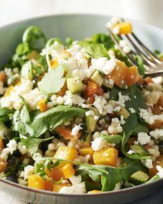 Fregola sarda is een originele pastasoort uit Sardinië: het zijn kleine pastabolletjes die zich uitstekend lenen voor een salade.