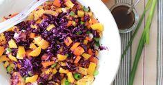 Deze knapperige rode kool salade is een perfecte combi met de friszoet-zure smaak van een sinaasappel. Fruit Salad, Cantaloupe, Food, Salads, Red Peppers, Fruit Salads, Meals