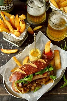 1 mini baguette saucisses italiennes + frite Sausages with beer pretzel hot dog buns, beer braised onions and roasted garlic butter Bistro Food, Pub Food, Cafe Food, Hot Dog Recipes, Beer Recipes, Dinner Recipes, Cooking Recipes, Pretzel Hot Dog Buns, I Love Food