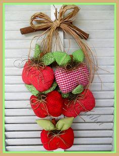 ## Pendurico de maçãs ## by Gabriola Costurinha, via Flickr