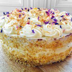 - Gulrotkake - krydder og eplesyltetøy - Carrot Cake/(Hummingbird) with applejam,spices,cream cheese frosting - (caramel mousse spice-carrotcake - combine recipe? Caramel Mousse, Fika, Sweet Cakes, Cream Cheese Frosting, Carrot Cake, No Bake Desserts, Cheesecakes, No Bake Cake, Vanilla Cake