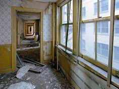 De ruïnes van Detroit  Yves Marchand & Romain Meffre Ruïnes zijn de zichtbare symbolen en bezienswaardigheden van onze samenlevingen  en hun veranderingen, kleine stukjes van de geschiedenis in suspensie. De staat van ruïne is in wezen een tijdelijke situatie dat gebeurt op een bepaald punt, de vluchtige gevolg van de verandering van de tijd en de val van de rijken. Dit kwetsbaarheid, de verstreken tijd, maar ook zo snel aan de slag, leiden ons naar hen kijken naar een allerlaatste keer
