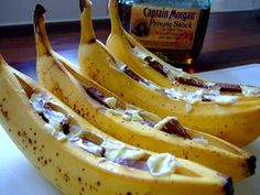 BBQ Bananas with chocolate and rum, a delicious dessert from the barbecue. Bbq Party, Barbecue Recipes, Grilling Recipes, Weber Bbq Recipes, Bbq Deserts, Cobb Bbq, Grill Dessert, Barbacoa, Tapas