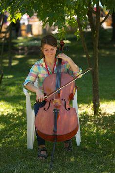 Играть на виолончели интересно всем, даже администратору студии. Violin, Music Instruments, Musical Instruments