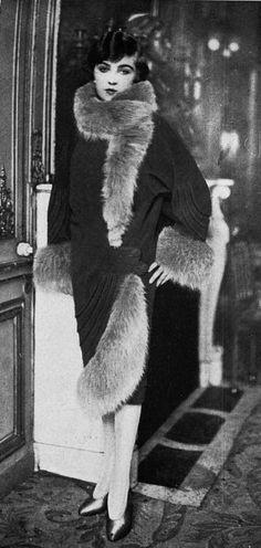 "Les Modes (Paris) November 1926 ""reivens"" manteau d'apres-midi par Martial et Armand 20s Fashion, Fashion History, Art Deco Fashion, Look Fashion, Retro Fashion, Vintage Fashion, Flapper Fashion, Edwardian Fashion, Fashion Women"