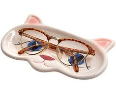 Who better to keep an eye on your glasses whilst you're not wearing them than this lovely feline? Our delightful tray is shaped like a cat's face and is the perfect