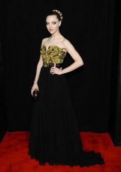 """Amanda Seyfried usando  Alexander McQueen na pré-estreia nova-iorquina de """"Les Misérables"""", 2012."""