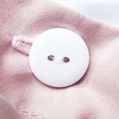 Het Poppy Blush dekbedovertrek heeft een uitvouwbare instopstrook. Dit betekent dat je zelf kan bepalen of je met of zonder instopstrook slaapt. Ook heeft het overtrek een knoopsluiting, die je naar wens ook kan afdekken (volledig of slechts enkele knopen), mocht je er liever geen gebruik van maken. Heeft jouw dekbed een lint in iedere hoek? Bind deze dan vast aan de linten in het dekbedovertrek, zodat het dekbed gemakkelijk in het overtrek geplaatst wordt en stevig erin blijft zitten…