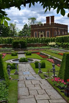 Hampton Court Palace ~ East Molesey, Surrey, England, one enchanting and beautiful old garden! Places Around The World, Around The Worlds, Formal Gardens, Modern Gardens, Japanese Gardens, Small Gardens, Hampton Court, England And Scotland, English Countryside