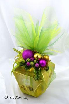 Esta Navidad, envuelve tus regalos con tul, es muy sencillo, rápido y luce muy elegante.Puedes cubrir el obsequio en su totalidad con tul o simplemente atar un lindo moño del mismo material. Cualquier manera que decidas resulta precioso. El tul es económico y viene en muchos colores diferentes, incluso algunos con brillo. Materiales: Tul (cantidad …