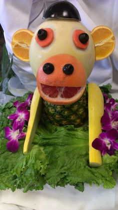 Melon Monkey Look what I found at my sister's graduation banquet! YUMMY FOOD ART-- I love this! My favorite is the monkey! Cute Food, Good Food, Yummy Food, Amazing Food Art, Plate Presentation, Creative Food Art, Fruit Decorations, Food Humor, Edible Art
