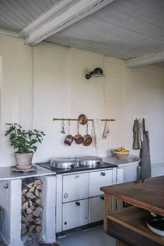 La cuisine contemporaine avec îlot parfaite pour une maison de campagne - PLANETE DECO a homes world Swedish Kitchen, Swedish Cottage, Warm Kitchen, Old Cottage, Shaker Kitchen, New Kitchen, Kitchen Decor, Kitchen Colors, Kitchen Design