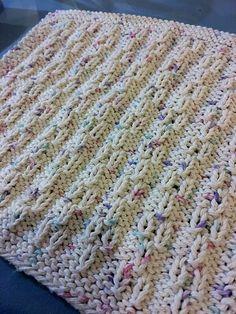 Côté tricot, je vous retrouve avec un point simple à réaliser mais tout de même très joli. :-) J'aime beaucoup la texture ! Le motif se fait sur 8 rangs et il est composé d'une alternan…