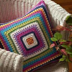 Letras e Artes da Lalá: Granny Square Crochet Cushion Cover, Crochet Pillow Pattern, Crochet Motif, Crochet Patterns, Crochet Cross, Cute Crochet, Knitted Cushions, Crochet Home Decor, Crochet Squares