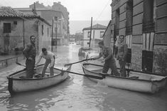 INUNDACIONES EN MADRID Madrid, 20-1-1966.- Debido a las intensísimas lluvias caidas durante la noche y esta madrugada diversas zonas de la capital se han inundado. Los barrios de Vallecas, Alto de Extremadura y avenida del Manzanares son los más afectados. Los bomberos con lanchas y barqueros de la Casa de Campo y del Retiro colaboraron en el rescate de muchas personas. EFE/aa