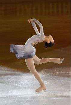 Yu Na Kim performing a layback spin. Kim Yuna, Roller Skating, Ice Skating, Ballet, Ice Dance, Ice Princess, Figure Skating Dresses, Ice Queen, Female Athletes