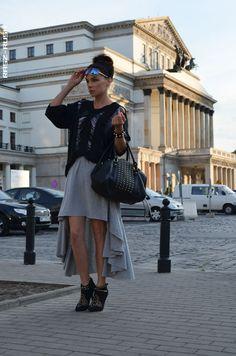 Stylizacja Rasz z rasz-rush.blogspot.com Połączenie swetra z dziurami z asymetryczną spódniczką z wiskozy jest odważnym, ale jakże udanym połączeniem! Całość dopełnia czarna, duża torba i botki z ćwiekami. Podoba Wam się?