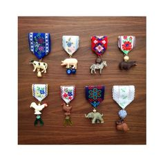 medals of honor, brooches made of small plastic animals, scraps of ribbon and pearls. Jewelry Crafts, Jewelry Art, Jewelry Design, Jewellery, Textile Jewelry, Fabric Jewelry, Fabric Art, Fabric Crafts, Brooches Handmade