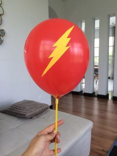 Balloons on a straw! The Flash DIY birthday idea Incredibles Birthday Party, Superhero Birthday Party, Diy Birthday, Batman Party, Birthday Straws, 9th Birthday Parties, The Flash, Justice League Party, Party Ideas