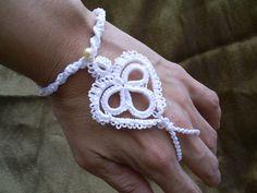 PAR de luvas ou pulseira para Noivas  Par de pulseira para ser usada no lugar das tradicionais luvas no casamento. Esse trançado é um acessório que fará diferença no seu visual e no seu casamento. R$ 50,00
