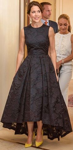 BLACK ROYAL FASHION Crown Princess Mary of Denmark wore the popular H&M dress to the Copenhagen Fashion Summit on Thursday. Affordable Dresses, Elegant Dresses, Pretty Dresses, Beautiful Dresses, Royal Dresses, Mob Dresses, Fashion Dresses, Tea Length Dresses, Bride Dresses