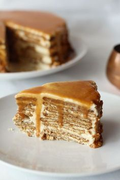Wafer cake and caramel sauce Köstliche Desserts, Delicious Desserts, Yummy Food, Sweet Recipes, Cake Recipes, Portuguese Desserts, Food Wishes, Pureed Food Recipes, Sweet Cakes