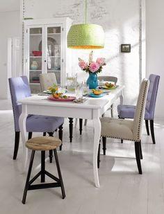 Trop de blanc dans la déco? optez pour des #chaises_en_couleur pour tout arranger ;)   http://www.destockmeubles.com/chaise-retro-en-loom-lilas-pieds-en-acier.html