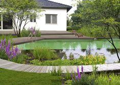 Ein Schwimmteich gleich vor der eigenen Haustür! Eine Unterwassermauer trennt die Klarwasser-Schwimmzone von der bepflanzten Uferzone. Ein Holzsteg umrahmt den Schwimmteich und verbindet ihn mit dem Haus. Ein Projekt von Wunderland Gartenplanung und Landschaftsarchitektur. Mehr dazu auf www.wunderland-landschaftsarchitektur.com Villa, Garden Bridge, Outdoor Structures, Outdoor Decor, Home Decor, Patio, Modern Gardens, Indoor Courtyard, Landscape Diagram