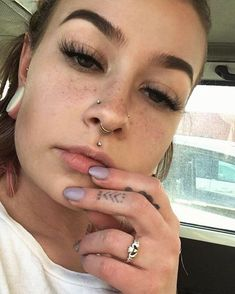 Piercing Nase Nasallang Lidschatten 30 Ideen - ❤ tattoo + piercings - # - Rebel Without Septum Piercings, Fake Piercing, Nose Piercing Placement, Nose Piercing Tips, Double Nose Piercing, Septum Piercing Jewelry, Tattoo Und Piercing, Cute Piercings, Facial Piercings