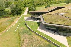 El deseo de integrar 6000m2 de museo en el paisaje determinó la elección de la propuesta del estudio Plan01  en septiembre de 2002. El clien...