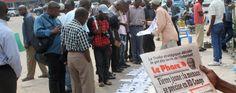 Des habitants de Kinshasa, la capitale de la République démocratique du Congo, lisent les titres de la presse sur la menace de la fièvre jaune le 21 juin dernier.