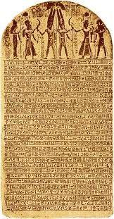 """La estela de Merneptah. Una losa de siete pies de grabado con jeroglíficos, también llamada la Estela de Israel, cuenta con la conquista del faraón egipcio de los libios y los pueblos de Palestina, entre ellos los hijos de Israel: """"Israel - su descendencia no lo es."""" Esta es la primera referencia a Israel en no fuentes -Biblical y demuestra que, a partir de c. 1230 aC, los hebreos ya estaban viviendo en la tierra prometida."""
