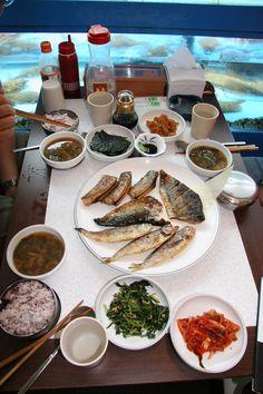https://flic.kr/p/GWG7BQ | 한국식 생선구이 : South Korea grilled fish | 여러가지 생선구이를 모아서 파는 곳은 재미난 매력을 알려줍니다. 확실히 굽고 지지는 것이 전부는 아니지만 일상에서 먹기 편하는 점에서 좋아합니다.