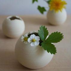 小さな花器を使って手軽に花を飾りましょう♪どんな花が似合うか想像するのも楽しみのひとつ。