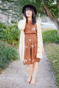 Neutral florals for spring. #brown #cardigan #hat