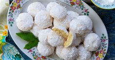 Classic Lemon Snowball Cookies - Tender, melt-in-your-mouth lemon cookies showered with confectioners' sugar. Fudge Cookies, Galletas Cookies, Oatmeal Chocolate Chip Cookies, Cookie Bars, Baking Cookies, Bar Cookies, Yummy Cookies, Cupcake Cookies, Cupcakes