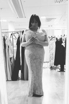 Jag vill bara säga igen att just nu är pröva och köpa glammiga klänningar en del av mitt jobb. Seriöst! / Rebecca Wipp Ovin, Glamour Portrait Sweden