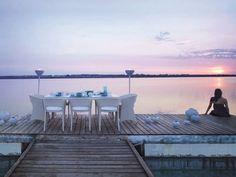 table et chaises blanches de design élégant en ésine tressée