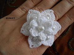 Bague réglable fleur blanche en coton au crochet. 5cm . avec perles : Bague par runlet