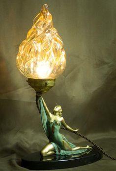 Figura art deco francesa de dama sujetando una lámpara.