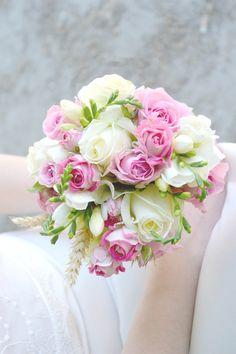 Bouquet de mariée Romantique - Rose Blanches, Roses branchues roses, blé, freesias blanc
