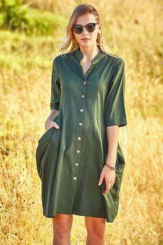 Co si představíte, když se řekne boho styl? Dokonale jednoduché, pohodové a volné. Vynesete je do práce, na kávu s kamarádkou, nebo na oběd s partnerem, pokud se chcete cítit pohodlně, je tento model jasnou volbou. Materiál je velmi příjemný (100% bavlna). Zapínání na knoflíky vpředu, velké kapsy. Boho Styl, Shirt Dress, Model, Shirts, Dresses, Fashion, Vestidos, Moda, Shirtdress