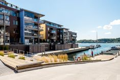Eksklusivt leilighetskompleks. Bygget er oppført i sjøen i moderne stil tegnet av arkitekt Niels Torp.  Leiligheten fremstår smakfullt innredet og er forsiktig brukt.  Vestvendt beliggenhet, god planløsning og gjennomgående god standard.  Her kan du flytte rett inn.