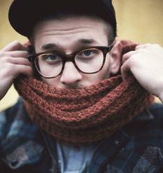 Lankakauppa Kerän blogi: Yhden illan tuubihuivi Crochet Accessories, Crochet Yarn, Pretty Outfits, Knitting Patterns, Knitting Ideas, Needlework, How To Look Better, Sewing, Crafts