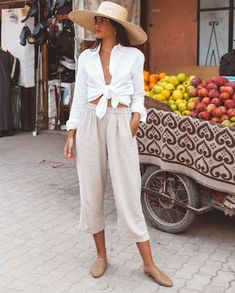 Exploring le Souk with Classy Outfits, Chic Outfits, Summer Outfits, Linen Pants Outfit, White Shirt Outfits, Look Office, White Linen Shirt, Italy Outfits, Outfits Mujer