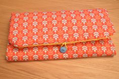 testé et approuvé pochette à langer (tuto de Pour mes jolis mômes) - auseychelles.fr Seychelles, Idee Diy, Continental Wallet, Blog, Pouch Bag, Gift, Children