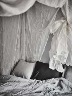 Post: Un dosel hecho de sábanas --> algodón lino gasas arrugadas, blog interiores decoración, camas con dosel, decoracion dormitorios, decoración pisos pequeños, dormitorios nórdicos, estilo nórdico, textiles dormitorios, Un dosel hecho de sábanas
